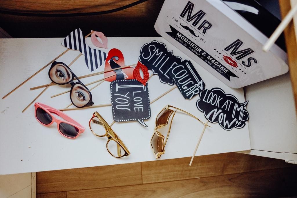 Pancartes et lunettes funs